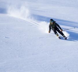 Jóhann skiing powder on Tavlebreen