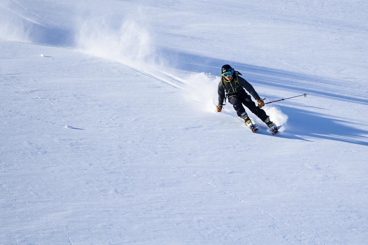 Jóhann skiing powder