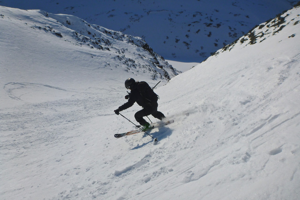 Charging down a steep chute on Sarkofagen